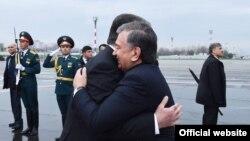 В международном аэропорту Душанбе узбекского президента встретил его таджикский коллега Эмомали Рахмон. Душанбе, 9 марта 2018 года.