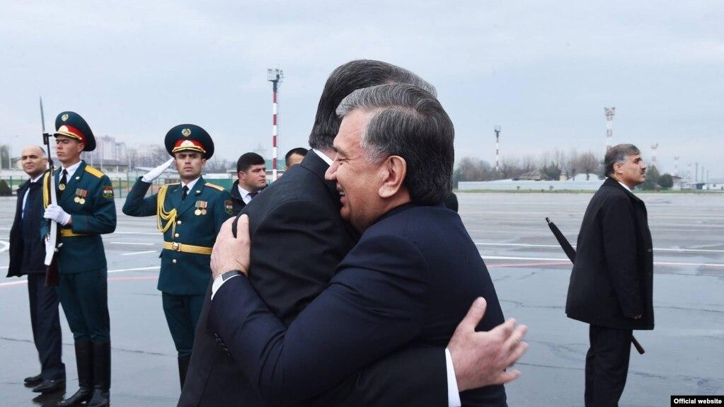 В международном аэропорту Душанбе узбекского президента встретил его таджикский коллега Эмомали Рахмон. Душанбе, 9 марта 2018 года