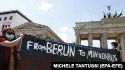 Protestatari în fața Ambasadei SUA din Berlin