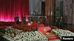 Ковчегот со телото на Ким Џонг Ил во музеј во Пјонгјанг