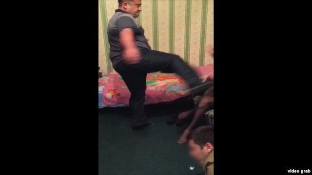 Узбекский милиционер пинает ногой по лицу трансвестита.