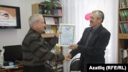 Мөнир Ситдыйков Фаик Таҗиевны бүләкли