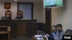 Адвокат Мурад Мусаев (справа) во время рассморения жалобы на приговор по делу об убийстве Юрия Буданова в Верховном суде России