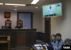 Юсуп Темерханов (на экране), осужденный за убийство Юрия Буданова, и его адвокат Мурад Мусаев на обжаловании в Верховном суде