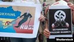 Плакати учасників протесту проти агресії Росії з нагоди візиту до Італії президента Росії Володимира Путіна. Мілан, 9 червня 2015 року