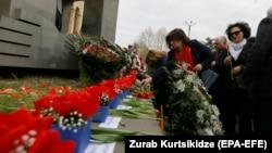 Жители Тбилиси возлагают цветы на место подавления демонстрации 9 апреля 1989 года