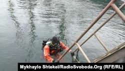 Водолаз отправляется на тренировку по подводным монтажным работам