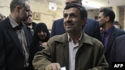 Ахмадинежад добуш берүү учурунда. 2-март, 2012-жыл.