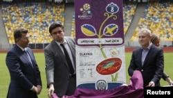 Украина -- Киевдеги стадиондо ЕВРО'2012 мелдеши үчүн билеттин жасалгасы көрсөтүлүүдө, 23-апрель, 2012.