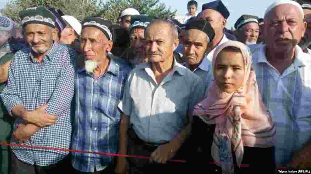 Церемония открытия началась на кыргызстанской территории, где на импровизированной сцене недалеко от пункта пропуска сначала выступили артисты, а затем и официальные лица.