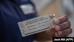 Ампула с вакциной, разработанной Pfizer-BioNTech.