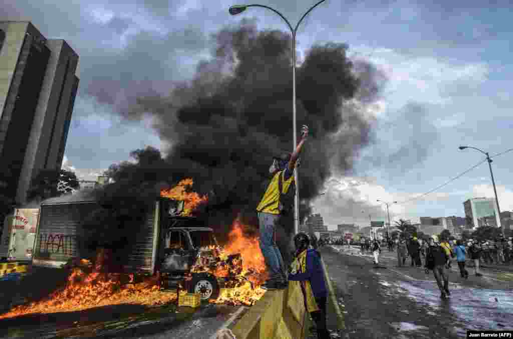 Protesters block a highway in Caracas during a demonstration against Venezuelan President Nicolas Maduro on May 27, 2017. (AFP/Juan Barreto)