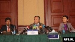 Конституциялык кеңештин төрагасы Өмүрбек Текебаев, мүчөлөрү Данияр Нарынбаев, Аида Салянова