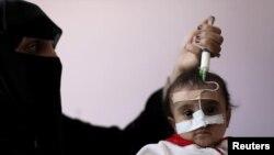 تغذیه یک کودک دچار سوء تغذیه با سرنگ در یمن (عکس از آرشیو)