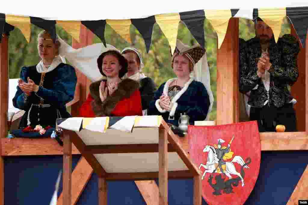 В костюмах пришли не только актеры и рыцари, но и обычные посетители