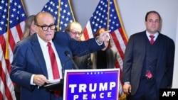 На фотографијата од 19 ноември 2020 година се гледа личниот адвокат на американскиот претседател Доналд Трамп, Руди Џулијани, кој зборува на прес-конференција.