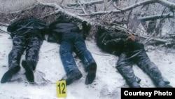 Тела убитого оппозиционного политика Алтынбека Сарсенбайулы, его помощников Василия Журавлева и Бауыржана Байбосына, найденные близ Алматы 13 февраля 2006 года.