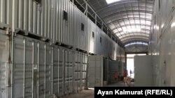 Базарда жабық тұрған сауда орындары (контейнерлер). Алматы, 3 маусым 2020 жыл.