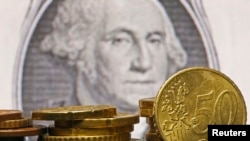 Евроценты на фоне доллара. Фотоколлаж.