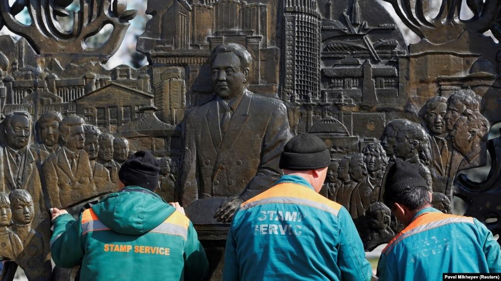Рабочие моют барельеф с изображением бывшего президента Казахстана Нурсултана Назарбаева. Алматы, 1 марта 2020 года.