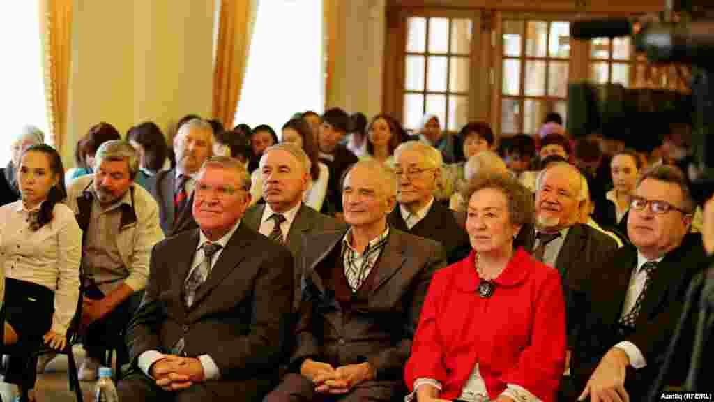 Милли музейда Равил Фәйзуллинның 70 яшьлеген үткәрергә килгән язучы-шагыйрьләр, журналист, укучылар