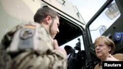 Канцлер ФРГ Ангела Меркель во время визита в Афганистан в 2013 году. Участие в афганской операции - скорее исключение, чем правило для бундесвера