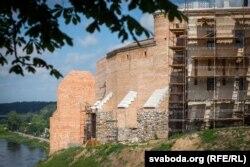 Сярэдняя вежа (на дальнім пляне). Перад ёй відаць сьвежы абарончы мур, які не захаваўся да нашых дзён
