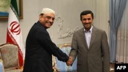 آصف علی زرداری (چپ) در سفر پارسال به ایران با محمود احمدی نژاد دیدار کرد.