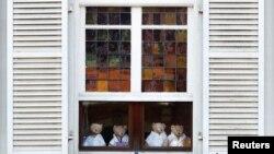 Plišani medvjedići na prozoru zatvorenog hotela u Belgiji tokom mjera restrikcije zbog korona virusa, april, 2020.