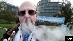 Korisnik elektronskih cigareta ispred zgrade Evropskog parlamenta u Strazburu
