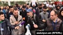 Никол Пашинян в ходе шествия отвечает на вопросы журналистов, Ереван, 20 апреля 2018 г.