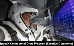 Широке використання сенсорних екранів в Dragon знаменує собою драматичний відхід від попередніх космічних кораблів. Бенке каже, що після довгих років польотів з фізичним управлінням «відповіддю на всі польоти є не перемикання на сенсорний екран. Але для того завдання, яке у нас є, і для забезпечення безпеки польоту поблизу МКС сенсорний екран забезпечить нам цю можливість просто на відмінно»