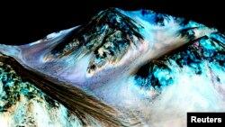 Темные полосы на поверхности Марса могут быть водой, считают ученые