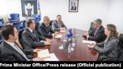 Kryeministri i Kosovës Ramush Haradinaj dhe ambasadori amerikan në Prishtinë, Philip Kossnet, gjatë një takimi të zhvilluar ditë më parë.