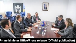 Foto nga arkivi, ambasadori i SHBA-së në Kosovë, Philip Kosnett dhe kryeministri i Kosovës, Ramush Haradinaj