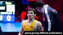 Азия чемпионатынын күмүш байгесинин ээси Урмат Аматов. 27-февраль, 2017-ж. Бишкек.