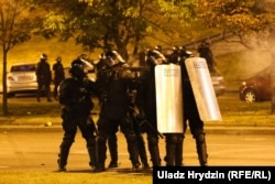 Ez még mindig a válsztások napján kezdődő tüntetés, itt már gumilövedéket kapnak a tüntetők.