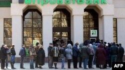 Люди стоять в черзі до банкомату в Сімферополі, 18 квітня 2014 року