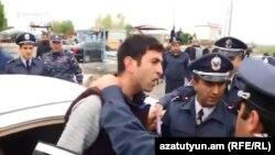 Ոստիկանները լրագրող Տիրայր Մուրադյանին նստեցնում են ավտոմեքենան, 20-ը ապրիլի, 2018թ․