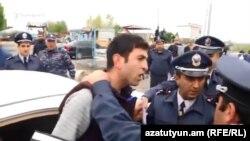 Полицейские задерживают журналиста Тирайра Мурадяна, 20 апреля 2018 г․