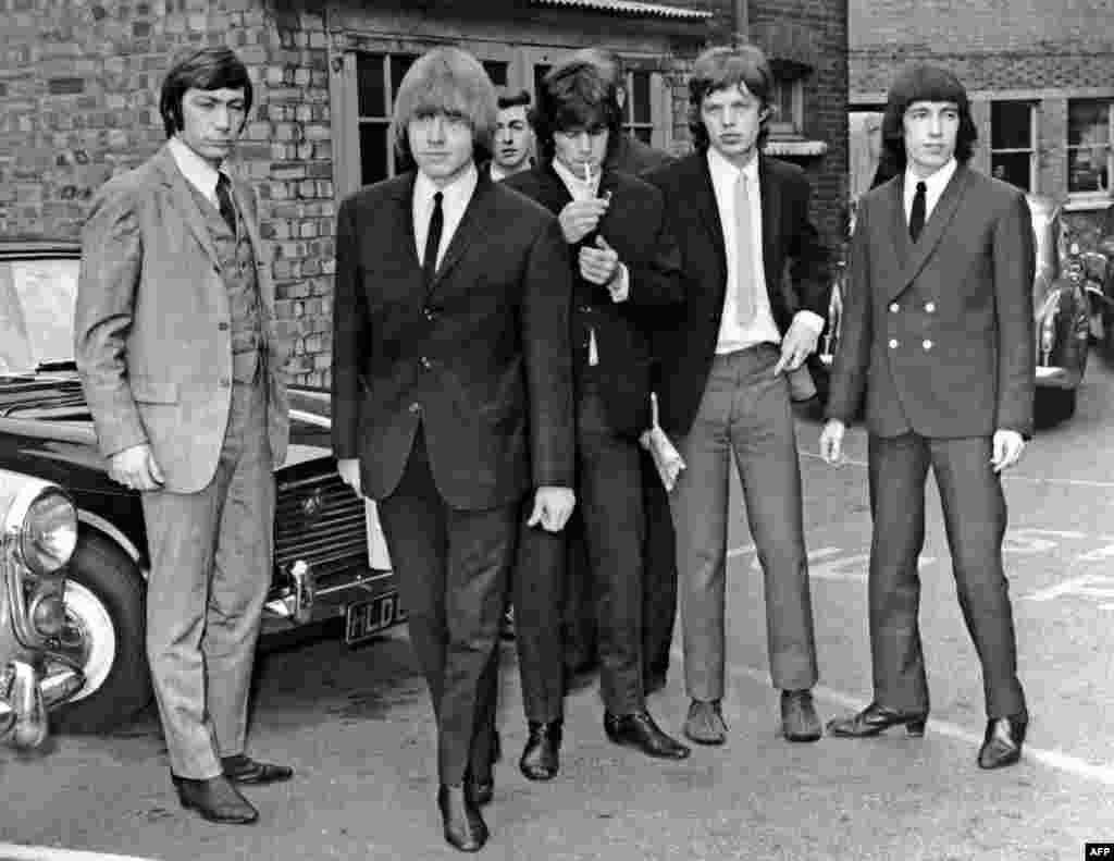 """1965. Чарли Уоттс, Брайан Джонс, Кит Ричардс, Мик Джаггер и Билл Уаймен в Лондоне. В этом году был записан главный хит группы """"(I Can't Get NO) Satisfaction""""."""