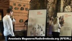 Відвідувачі на відкритті виставки «На зламі», 3 червня 2019 року у Києві