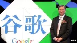 Исполнительный директор Google Эрик Шмидт в Пекине. Пример параллельного текста: название компании на китайском и английском.