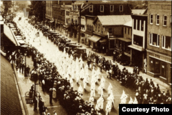 4 июля 1924 года. Парад Ку-клукс-клана в городе Лонг-Бранч, Нью-Джерси, в дни работы национального съезда демократов
