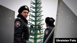 Ялинку на майдані Незалежності в Києві цього разу почали встановлювати після силового демонтажу наметового містечка «підприємницького Майдану»