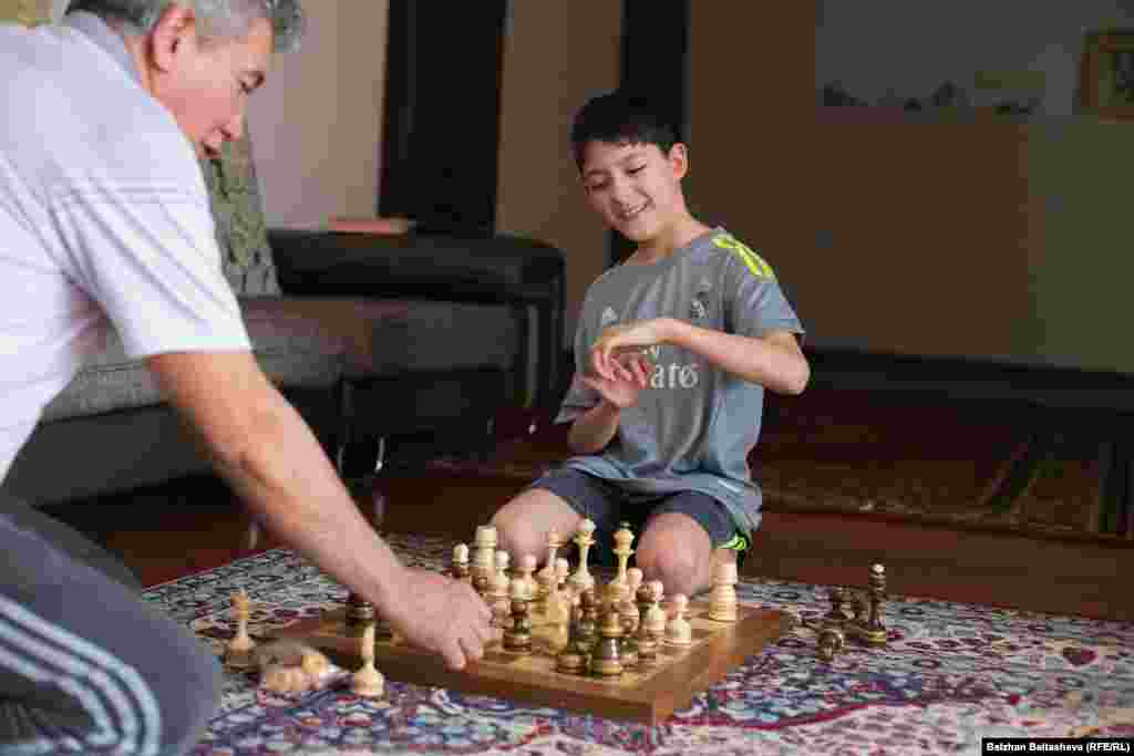 Әмір шахмат ойнағанды ұнатады. Әкесі Кенжебайдың сөзінше, Әмір оны үнемі ұтып кетеді.