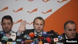 جبران باسیل وزیر انرژی لبنان در حال اعلام استعفای وزیران. ۱۲ ژانویه ۲۰۱۱.