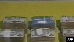 وزارت کشورعربستان سعودی می گوید پليس مبلغ بيست ميليون ريال عربستان سعودی، معادل پنج و نيم ميليون دلار، از اين افراد ضبط کرده است