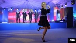 Мария Захарова танцует во время приема на саммите Россия-АСЕАН в Сочи в мае 2016 года