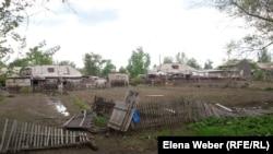 Дворы в поселке Габидена Мустафина после наводнения. 17 мая 2015 года.